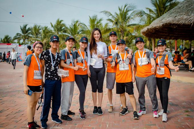Nhiều thí sinh của giải chạy đã xin chụp hình cùng Hoa hậu Việt Nam 2006.