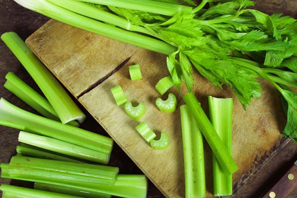 Cần tây chứa rất ít calo, có thể kết hợp với cà rốt, củ cải, xà lách làm món rau trộn trong bữa tối.