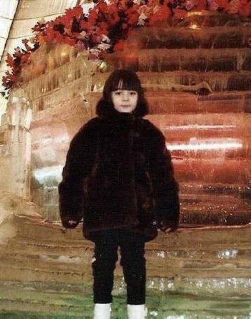 Sở hữu chiếc mũi cao thẳng tắp, đôi mắt nâu to tròn, Nhiệt Ba mang dáng dấp của một mỹ nữ, từ khi còn là hình hài mộtđứa trẻ. Sinh trưởng trongmột gia đình có truyền thống nghệ thuật, cóbố là ca sĩ đơn ca của đoàn Ca múa nhạc Tân Cương, từ thủa nhỏ, Địch Lệ Nhiệt Ba đã được tiếp cận với các mônpiano, violin, múa dân tộc, múa ba lê... Năm 9 tuổi, cô đến với Học viện Nghệ thuật Tân Cương, và 6 năm sau đó, chính thức trở thành diễn viên thuộc đoàn ca vũ Tân Cương. Năm 2010, cô thi vào Học viện Hý kịch Thượng Hải.Từđây, sự nghiệp diễn xuất của cô bắtđầu rộng mở.