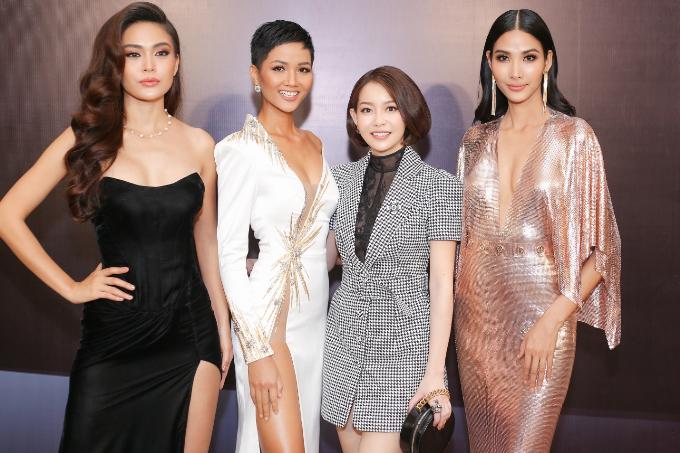 Hài Dương là cố vấn chăm sóc sắc đẹp cùng đồng hành xuyên suốt với top 3 Hoa hậu Hoàn Vũ Việt Nam 2017 trên đấu trường nhan sắc quốc tế