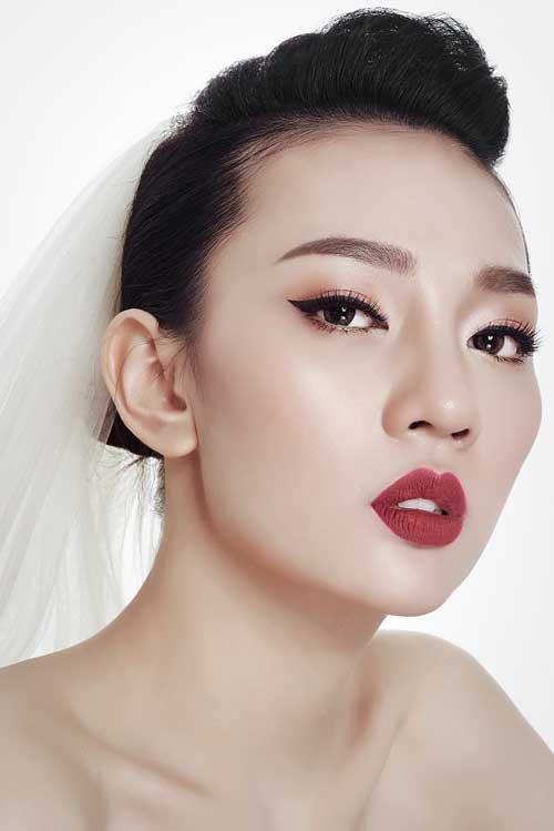 Tone đỏ: Cổ điển, sang trọng và cá tính là những đặc trưng nổi bật với phong cách trang điểm này. Đôi môi và mắt luôn được makeup đậm, sắc nét.