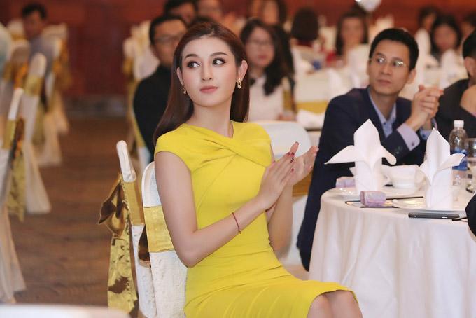 Làm khách mời tại sự kiện tối qua, Á hậu chăm chú ngồi theo dõi chương trình cùng các vị khách.
