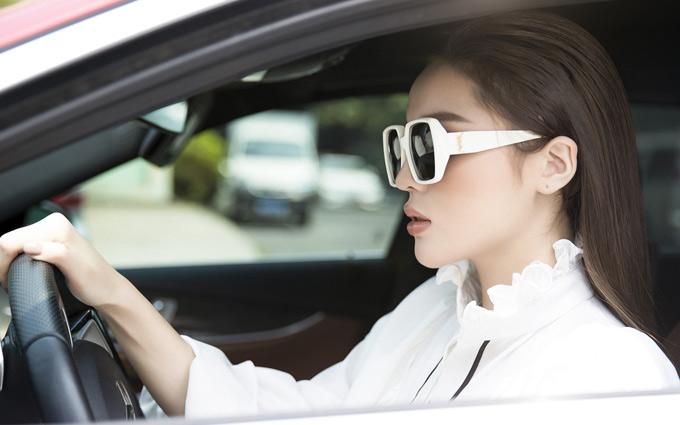 Kỳ Duyên không thuê tài xế mà tự lái xe chạy show.