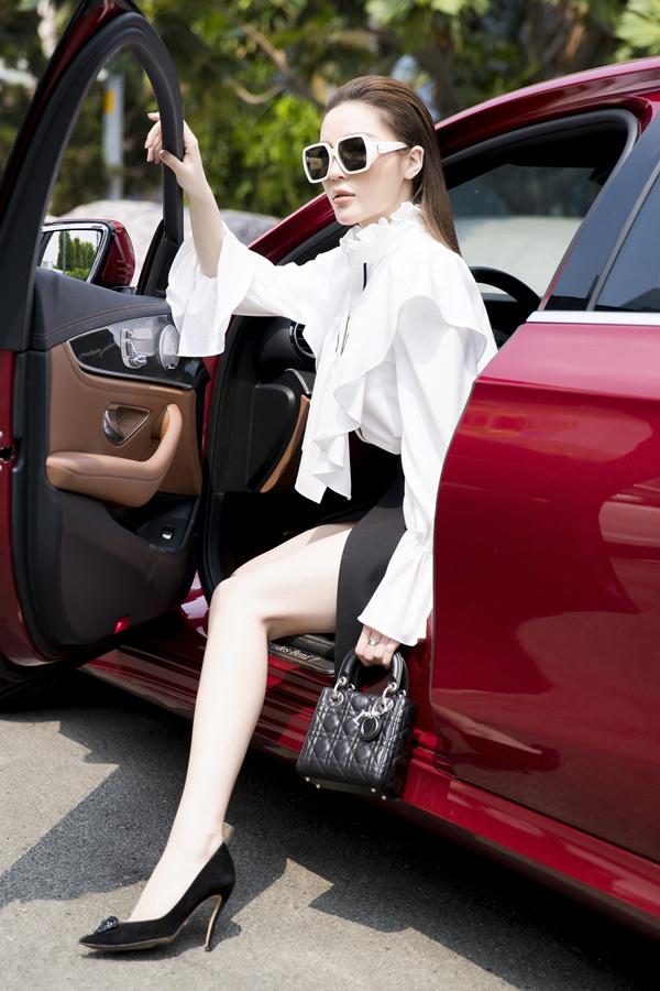 Người đẹp quê Nam Định khoe chân dài gợi cảm với váy xẻ táo bạo, xách túi hiệu sang trọng.