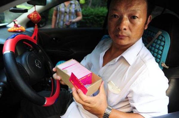Ông Wang quyết định trở thành tài xế taxi để có cơ hội tìm lại con gái mất tích.