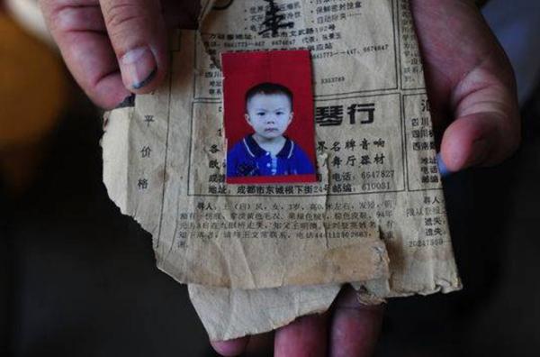 Với mỗi hành khách lên xe, ông Wang lại đưa cho một tấm card ghi thông tin cùngảnh con gái mất tích vànhờ họ chia sẻ.