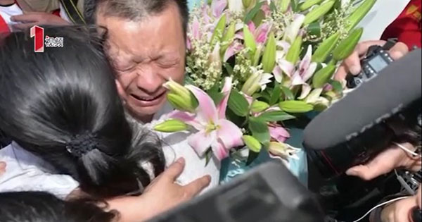 Wang ôm chặt lấy con gái bật khóc nức nở.