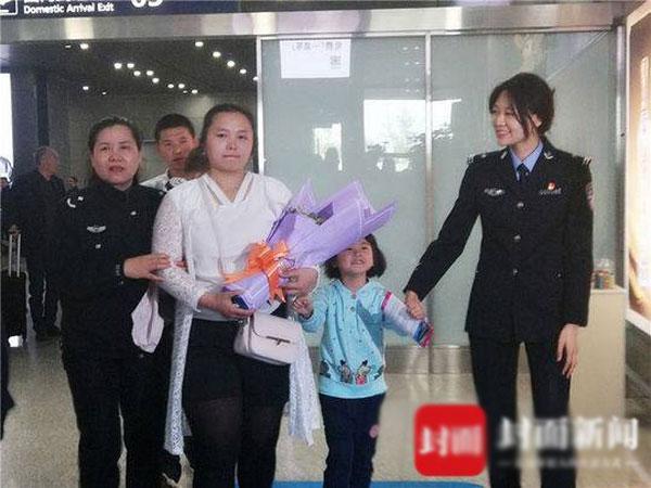 Kang cùng chồng con khi bước xuống máy bay. Mắt Kang luôn đỏ hoe,ngân ngấn nước vì xúc động.