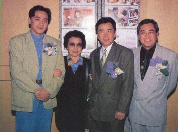 Ba anh em Khương Đại Vệ đưa mẹ đến dự họp báo.