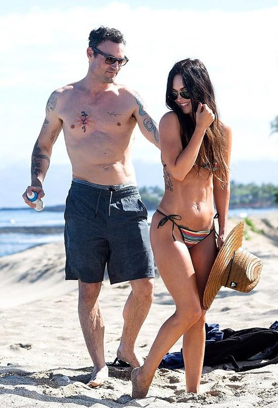 Vợ chồng Megan Fox tới Hawaii trong kỳ nghỉ lễ Phục sinh. Nơi đây, cặp đôi từng tổ chức lễ cưới giản dị bên bãi biển vào tháng 6/2010.