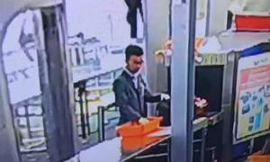 Nhân viên sân bay bị sa thải vì móc tiền trong ví khách