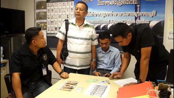 Thanat (áo xanh nhạt, đang ngồi) khi bị cảnh sát thẩm vấn. Ảnh: Viral Press