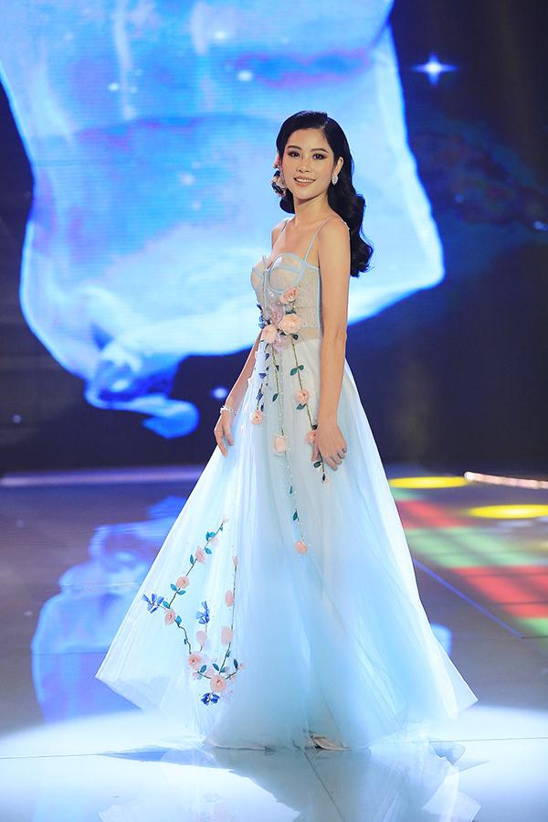 Người mẫu Nam Anh xuất hiện rạng rỡ ở màn giới thiệu bản thân.