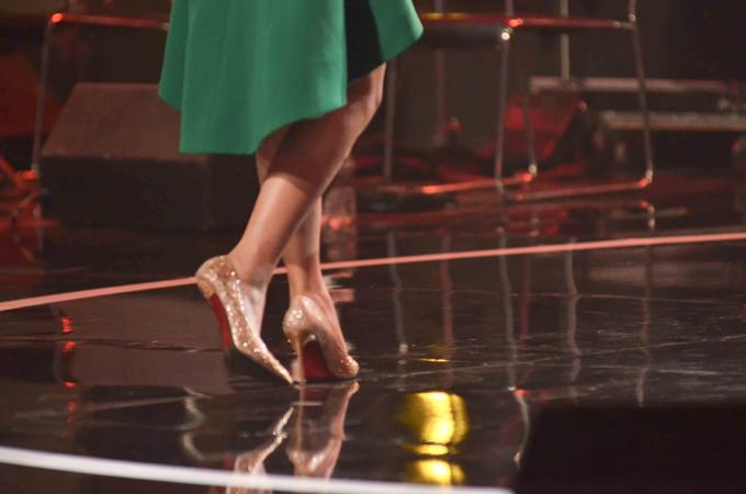 Á hậu Hoàng Oanh bị ngã rơi gót giày - 2