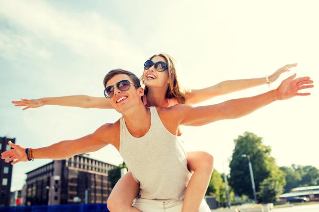 Tầm quan trọng của tình bạn. Nghiên cứu từ Tổ chứcGallup chỉ ra rằng kết nối cảm xúc cực kỳ quan trọng để có được sự thỏa mãn, toại nguyện trong hôn nhân và có thể chiếm 70% hạnh phúc của các đôi. Nếu muốn mối quan hệbền vững, bạn cần nghĩ tới nhiều cách thúc đẩy chất lượng tình bạn của bạn. Những lý do ly hôn thường gặp là mất đi sự gần gũi. Chỉ có 20% người tham gia nghiên cứu đổ lỗi cho việc ngoại tình hay mối quan hệ ngoài luồng khiến vợ chồng họ đường ai nấy đi.