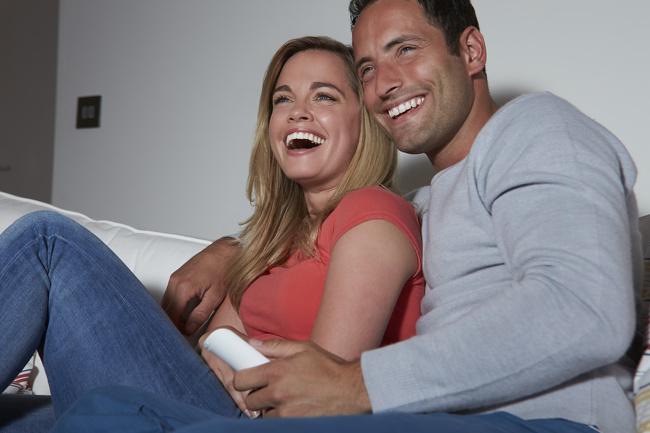 Chia sẻ nụ cười.Theo các chuyên gia tâm lý học của Đại họcAppalachian State, Mỹ, tiếng cười đóng vai trò quan trọng trong các mối quan hệ thành công. Các đôi thích dành thời gian cùng nhau để quan sát những sự kiện tích cực sẽ cảm thấy thoải mãn hơn với đối phương của mình.Cười cùng nhau chiếm một trong ba vị trí hàng đầu trong các lý do để có mộtmối quan hệ hạnh phúc. Gần 80% người tham gia nghiên cứu cho biết họ cười với một nửacủa mình ít nhất một lần trongngày hoặc hơn.