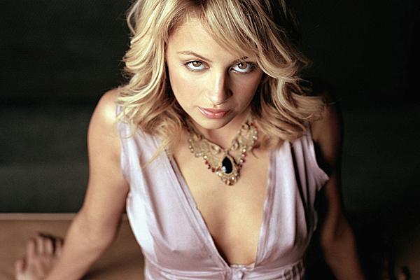 Ngôi sao truyền hình thực tế Nicole Richie - con gái nuôi của danh ca Lionel Richie - từng vướng nhiều rắc rối khi bước vào tuổi đôi mươi. Nicole đã có lần bị bắt vì tàng trữ heroin năm 2003, lái xe trong khi say rượu vào năm 2006. Sau nhiều năm tuổi trẻ ăn chơi, nghiện ngập, Nicole đã thay đổi hoàn toàn khi gần bước sang tuổi 30. Cô giờ đã kết hôn với rocker Joel Madden và là mẹ của cô con gái 9 tuổi.
