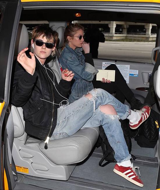 Các fan cũng đã bắt gặp Kristen và Rob Pattinson xuất hiện cùng nhau tại quán bar ở Los Angeles vào đêm khuya hôm 11/2. Nhiều fan phấn khích chia sẻ thông tin này trên mạng xã hội sau khi nhìn thấy cặp đôi Chạng vạng tại đây. Kristen và Rob vốn đã chia tay từ tháng 5/2013 vì scandal tình ái của Kristen với đạo diễn Rupert Sanders.