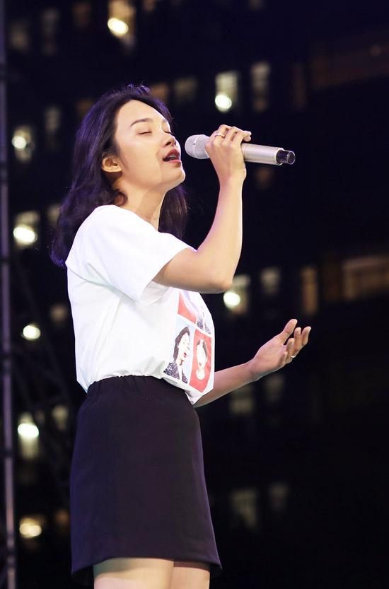 Con gái Kiều Trinh trổ tài hát Em gái mưa khi đi giao lưu - 7
