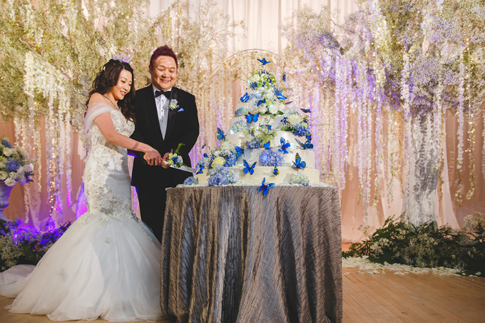 Họa tiết cánh bước xanh xuất hiện ở khắp nơi trong phòng tiệc, ngay cả trên chiếc bánh cưới.