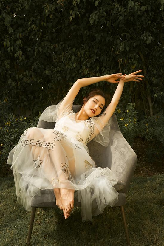 Trên nền chất liệu vải xuyên thấu, hoạ tiết thêu và kết được thể hiện tỉ mỉ để tăng nét nữ tính cho trang phục.