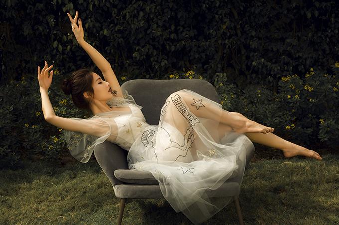 Diễm My 9x hóa thân thành quý cô mộng mơ với kiểu váy xòe bồng, tay áo cánh tiên.