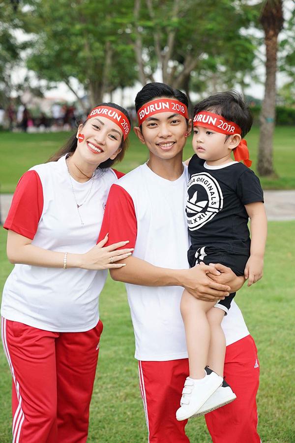 Cả nhà kiện tướng dancesport mặc đồng phục thể thao tham gia cổ động mọi người vào cuối tuần qua.