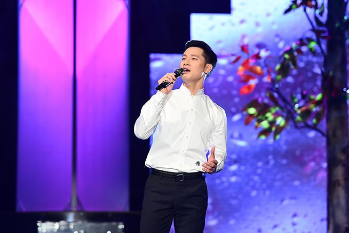 Đức Tuấn còn hát thêm ca khúc Mưa hồng, bày tỏ sự trân trọng mối tình của một khán giả đã gửi thư về chương trình.