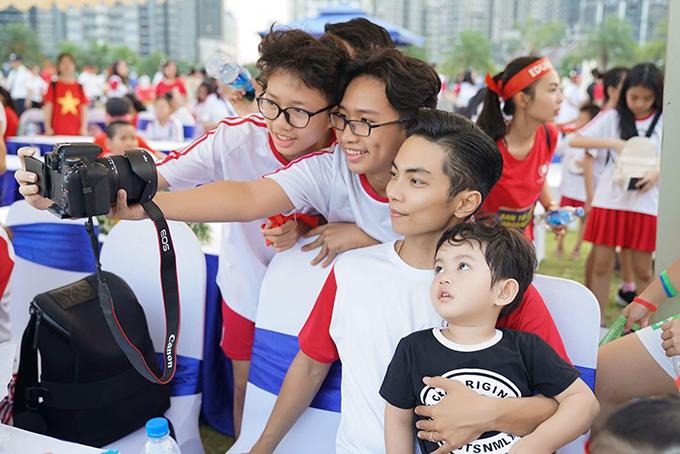 Nhóc tỳ là tâm điểm ở sự kiện, được nhiều người chụp ảnh chung.