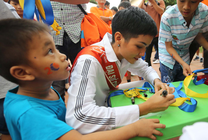 Hoa hậu ghi những lời chúc tốt đẹp cho làng S.O.S để thả cùng bong bóng lên trời, mong cho các bé sống tại đây sẽ có tương lai tốt đẹp.