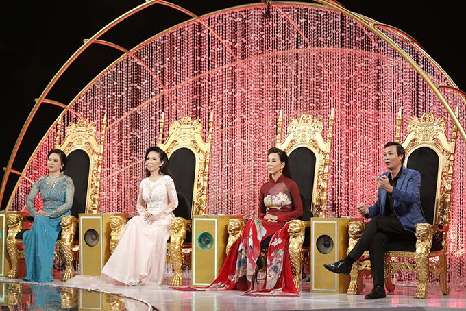 Bốn giám khảo của cuộc thi. Từ trái qua: ca sĩ Đông Đào, ca sĩ Mỹ Huyền, MC Kỳ Duyên, đạo diễn Vũ Thành Vinh.