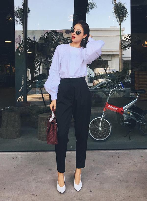 Phạm Hương nhanh chóng chọn sơ mi tay bồng hài hoà với khuynh hướng mới để mix đồ street style. Hai kiểu phụ kiện tôn nét hiện đại là túi Chenl và giày mũi nhọn được người đẹp lựa chọn để hoàn thiện set đồ.