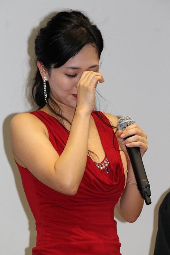 Mặc dù phim có nhiều cảnh nóng, Aoi Sora nói chồng cô không bận tâm và ủng hộ sự nghiệp của vợ.