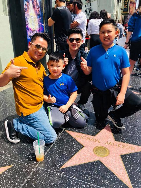 Bốn bố con cùng ghé thăm Đại lộ Danh vọngở Hollywood.