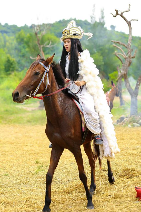 Chuyện tình Mị Châu - Trọng Thủy trong Yêu em bất chấp còn có phiên bản khác khi Ngọc Thanh Tâm vào vai Mị Châu mạnh mẽ, dũng cảm đánh nhau với giặc để cha chạy thoát.