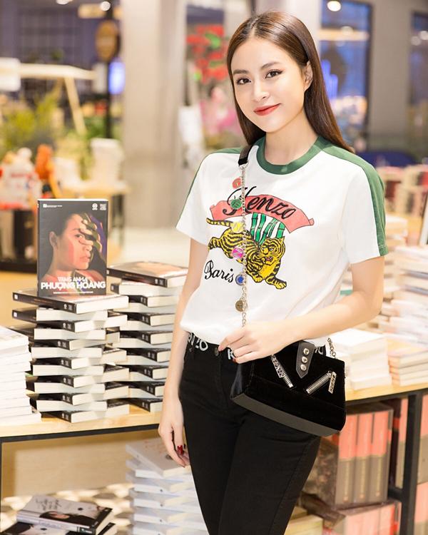 Hoàng Thuỳ Linh là một người khá cầu kỳ trong cách xây dựng phong cách street style, bên cạnh các kiểu váy áo điệu đà cô cũng phải lòng mốt diện áo thun đơn giản.
