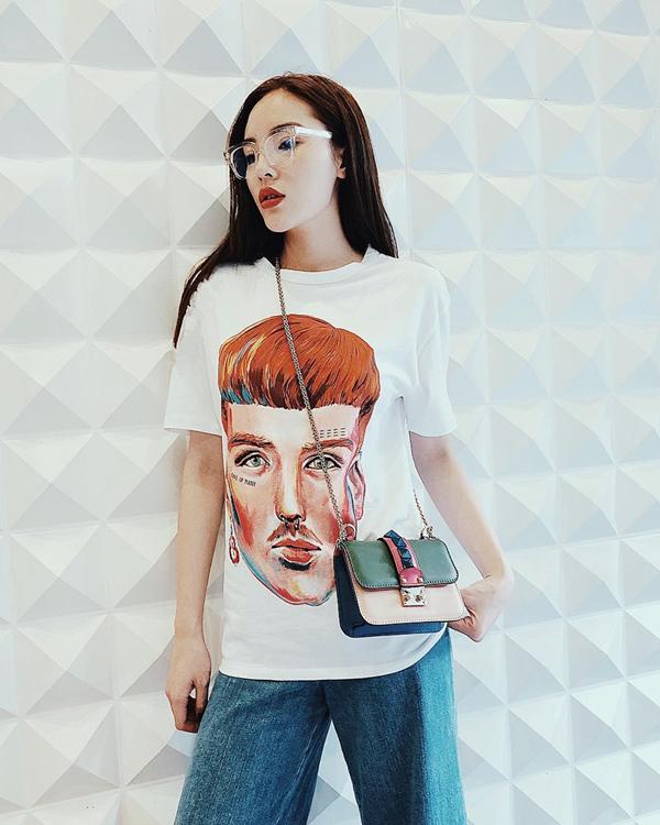 Kỳ Duyên là một trong những mỹ nhân hưởng ứng mạnh mẽ trào lưu sử dụng áo in logo hàng hiệu của nhiều thương hiệu như Gucci, D&G, Balenciaga, đồng thời cô còn chọn thêm áo in hoạ tiết pop art để chưng diện.