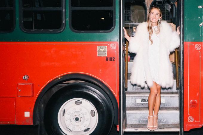 Sau bữa tiệc tối, khách mời đến bữa tiệc hậu sự kiện, nơi Harley khiêu vũ với chiếc váy Valentino thứ 3 của cô ấy.