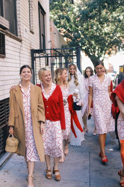 Những nàng phù dâu khoác lên mình bộ cánh đến từ thương hiệu HVN - dòng thời trang do chính cô dâu thiết kế. Trang phục của phù dâu có hoạ tiết chủ đạo làhình trái tim.