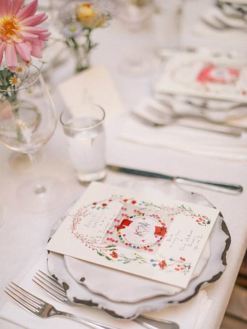 Sau khi cặp đôi trao nhau lời thề, các vị khách thưởng thức tiệc cưới ở sân sau của nhà hàng trong không gian được bao phủ bởi hoa hồng và hoa thược dược, tạo cảm giác giống khu vườn mùa xuân. Trên những chiếc bàn đều có một thực đơn được trang trí hình hoa cỏ theo phong cách Brazil - quê hương của mẹ cô dâu.