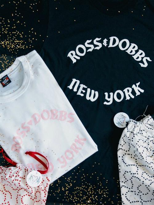 Vào ngày cưới, họcòn dành tặng khách mời những chiếc áo thun xinh xắn với dòng chữ Ross Dobbs - tên gọi thân mật của hai người vàđịa điểm diễn ra hôn lễ. Khách mời nữ được tặng áo thun trắng và khách mời nam nhậnáo thun đen.