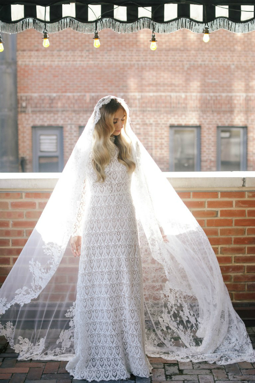 Harley kết hợp váy cưới với voan dài kiểu Pháp. Ở ngoài nắng, bộ váy sẽ trở nên lấp lánh bởi các hạt đá nhỏ được thêu vào ren.