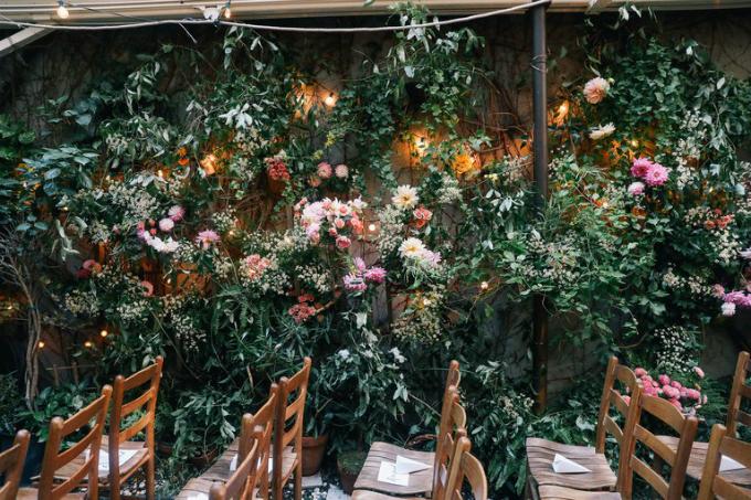 Tiệc cưới diễn ra tại sân sau của nhà hàng Palma, một trong những nhà hàng Ý mà cặp đôi yêu thích.