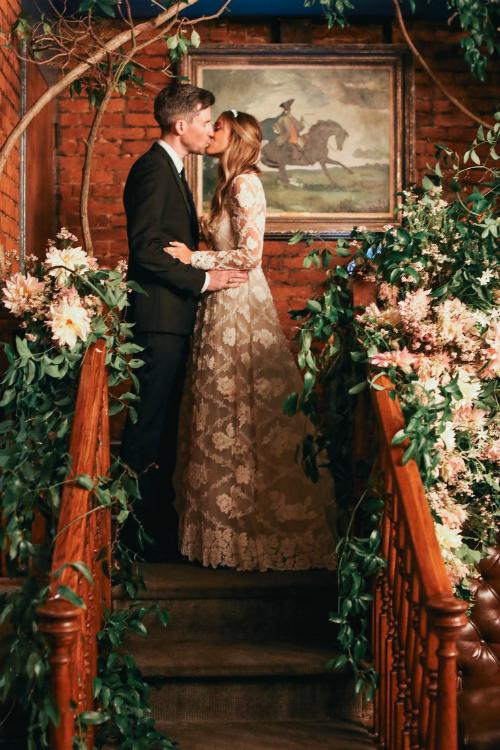 Cặp vợ chồng chọn tổ chức tiệc tối tại một nhà hàng được coi là lãng mạn nhất thành phố với hơn 100 khách mời.