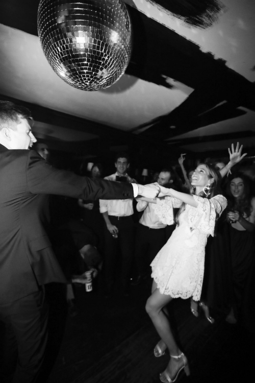 Cặp vợ chồng DJ đã có một buổi khiêu vũ đáng nhớ. Nhiều người bạn đã đến chung vui cùng hai vợ chồng tại quán Omar đến tận 2h .