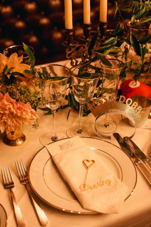 Các bàn tiệc được thắp sáng bởi ánh nến và khách mời còn được tặng chiếc vương miện bằng giấy có tên thân mật của hai vợ chồng là Robb&Dobb (Dobb là tên gọi thân mật của Harley lấy cảm hứng từ gia tinh Dobby trong truyện Harry Potter). Bữa tối bao gồm món cơm nấm truffle đen, cá bơn với ngô ngọt và thịt bò Wellington (món ăn từ nướcAnh- quê hương của cha cô dâu).