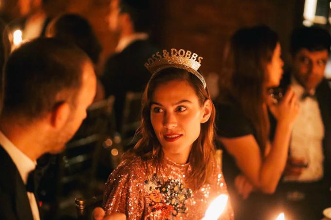 Khách mời như Alexa Chung, Domino Kirkevà Penn Badgleyđội những chiếc vương miện có tên của vợ chồng Ross&Dobbs.