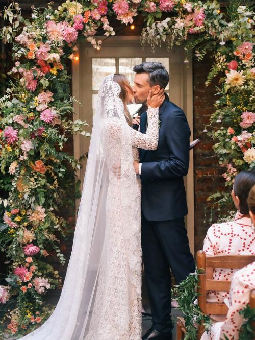 Cặp đôi hạnh phúc trao nhau nụ hôn trước mặt quan khách.