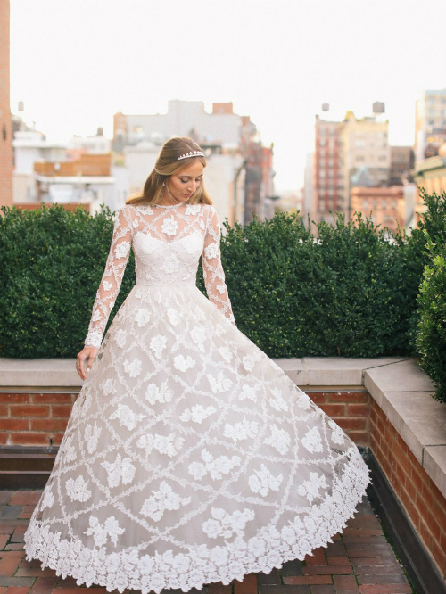 Cô dâu thay bộ cánh thứ hai của Valentino cho tiệc tối. Tôi thậm chí còn không phải sửa chiếc váy này, nó dường như được thiết kế dành riêng cho tôi vậy, Harley hồi tưởng.