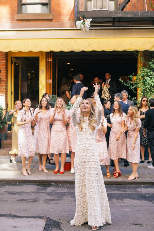 Bởi không gian tiệc cưới tương đối nhỏ nên cô dâu Harley đã cùng các phù dâu thực hiện nghi lễ tung hoa cưới ngoài đường phố. Thật đặc biệt khi làm nghi lễ này tại phố Cornelia - một con phố nên thơ mà tôi thường rảo bước trong suốt 10 năm qua. Tôi sẽ luôn nhớ về hình ảnh tất cả những người bạn tốt của mình (trong bộ váy của HVN) cùng đón bó hoa và nở nụ cười hạnh phúc.